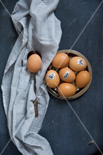 Ostereier mit aufgeklebten Tiermotiven