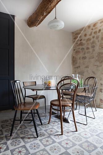 Verschiedene Stuhle Um Einen Runden Bild Kaufen 12296435
