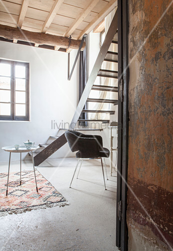 Wohnzimmer im Bohostil, mit Hängesessel unter der Holzdecke