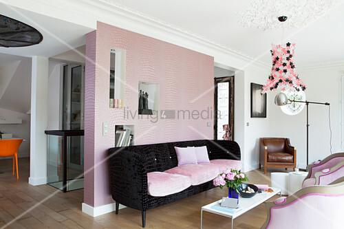 Rosafarbene Raumteilerwand mit Nischen im Wohnzimmer