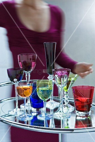 Farbige Gläser auf Art-déco-Barwagen