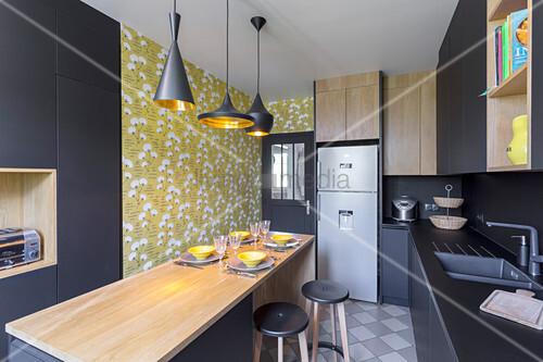 Designerküche in Schwarz mit Essplatz in der Mitte