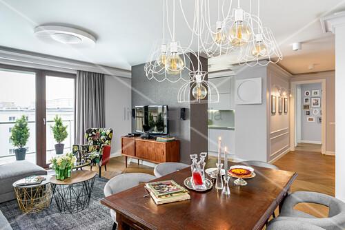 Offene Wohnung mit grauen Wänden und Möbelmix