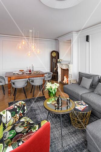 Offener Wohnraum mit grauen Wänden und Möbelmix