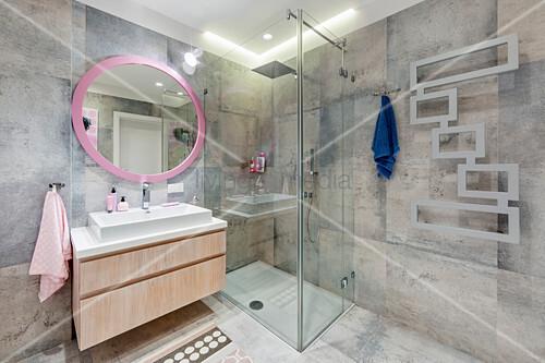 Designer-Heizung im modernen Bad mit Akzenten in Rosa