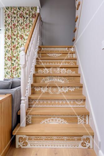 Mit Mandalas bemalte Treppe im … – Bild kaufen – 12662399 ...