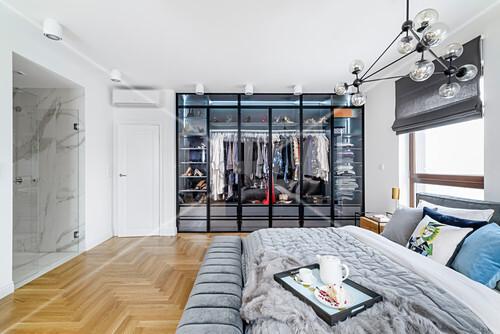 Doppelbett und maßgefertigter Kleiderschrank mit Glastüren im Schlafzimmer