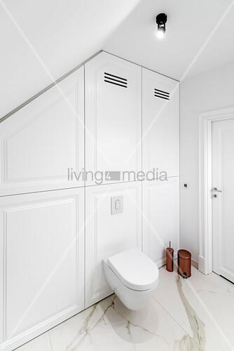 Elegantes Badezimmer mit toilette und Einbauschrank
