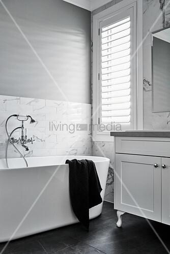 Frei stehende Badewanne mit Vintage Wandarmatur