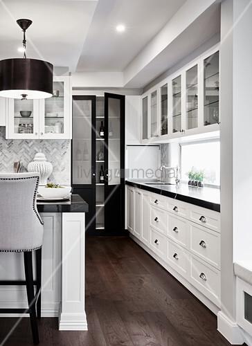 Weiße Küchenzeile mit schwarzer … – Bild kaufen – 12664113 ...