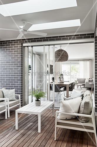 Weiße Outdoormöbel aus Holz auf Terrasse