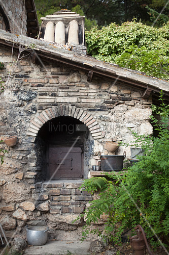 Masonry oven built using bricks and stone