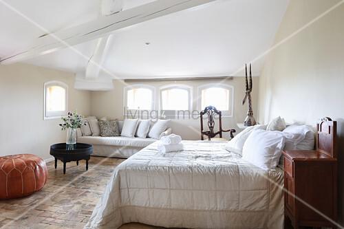 Ländliches Schlafzimmer unter dem Dach mit Holzbalken