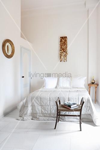 Lichtdurchflutetes Schlafzimmer mit Stuckdecke