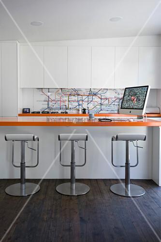 Moderne Küche mit U-Bahn-Netz als Spritzschutz