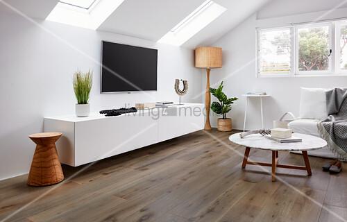 Wohnzimmer Mit Lowboard Fernseher An Bild Kaufen
