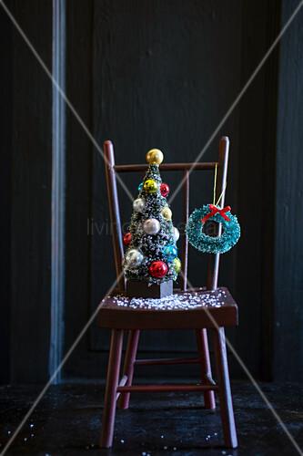 Holzstuhl mit Weihnachtsdekoration