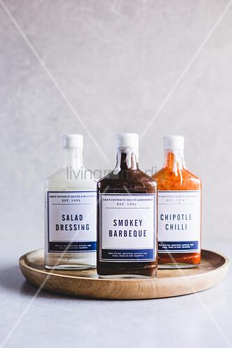 Alte Glasflaschen in neuem Design für Saucen