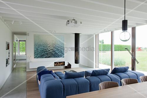 Modernes Wohnzimmer mit Fensterfront und … – Bild kaufen ...