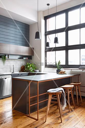 Maskuline Küche mit Industriefenster und Küchentresen