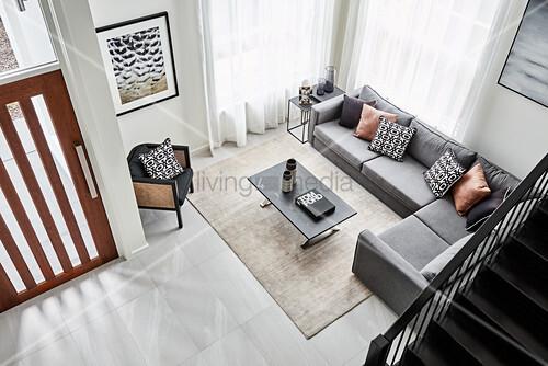 Blick von der Treppe in Wohnzimmer mit … – Bild kaufen ...
