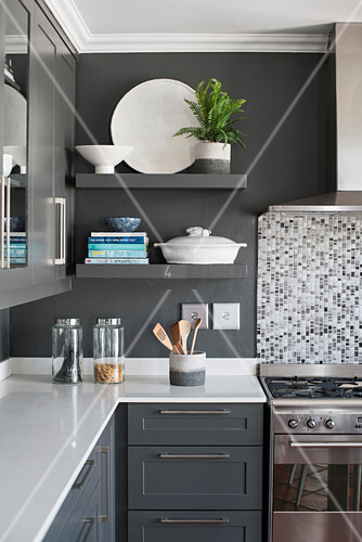 Wandregale in klassischer Küche in Grau und Weiß