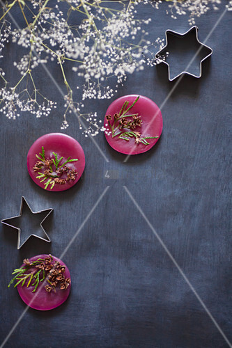 Round scented wax and star-shaped pastry cutters