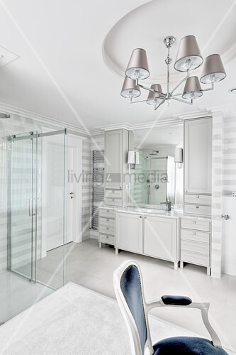 Striped walls in luxurious, white bathroom