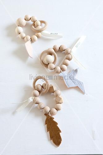 Babyspielzeug aus Holzperlen mit Holzring und Filzanhänger