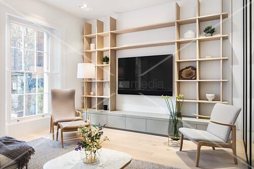 Regalwand im hellen Wohnzimmer im skandinavischen Stil