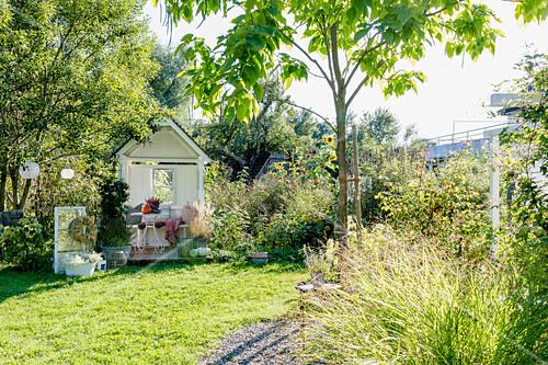 Gartenlaube im spätsommerlichen Garten