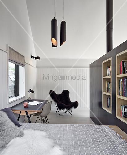 Schlafzimmer in Grautönen mit hoher Decke und Schreibtisch