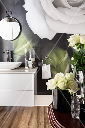 Fototapete mit Rosenmotiv im modernen Bad mit Holzboden