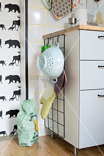 Gitter am Küchenschrank zur Aufbewahrung