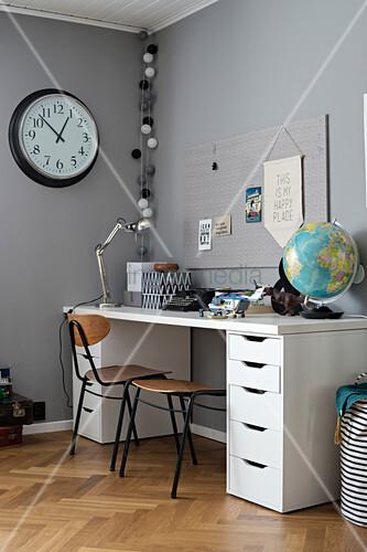 Schreibtisch mit Stauraum im Jungenzimmer in Grautönen