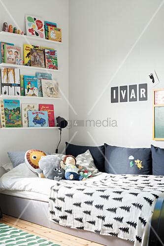 Cover präsentiert im Bücherregal über dem Bett im Kinderzimmer
