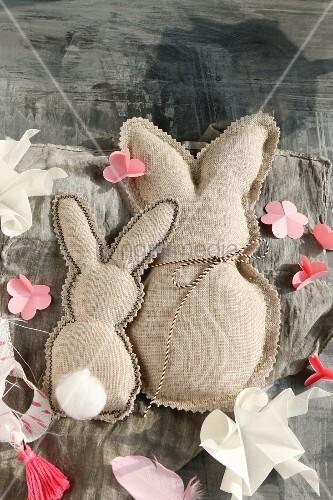 Zwei Häschen aus Stoff mit Zickzackrand und Papierblumen
