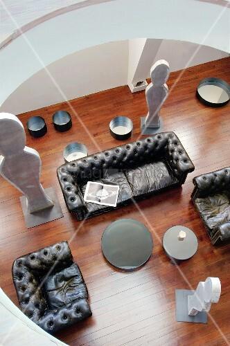 Blick durch runde Galerie auf Wohnzimmer mit Ledersofa