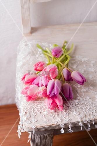 Tulpen In Rosa Und Lila Liegen Mit Einem Bild Kaufen