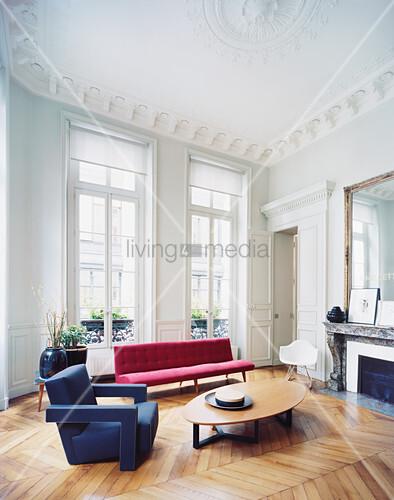 Wohnzimmer mit Klassikermöbeln in Altbauwohnung