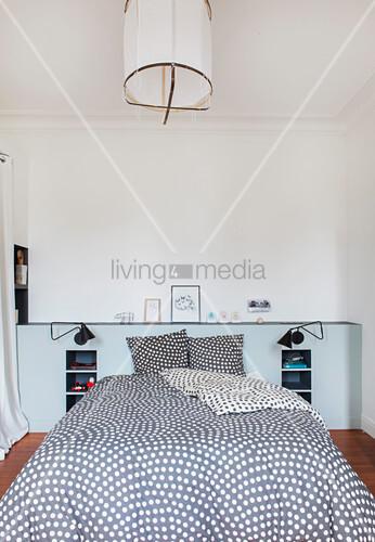 Doppelbett mit gepunkteter Bettwäsche im Schlafzimmer
