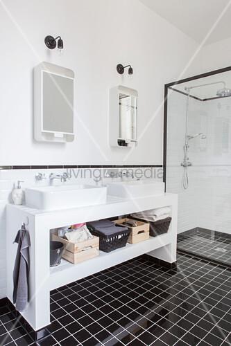 Schwarz-weisses Badezimmer mit Doppelwaschtisch und Duschkabine ...