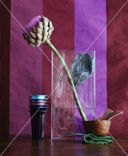 Artischockenblüte in Glasvase
