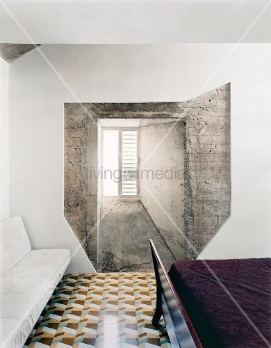 Außergewöhnliche Wandgestaltung Mit Fenster Und Beton In Schlafzimmer Mit  Geometrischem Fliesenmuster