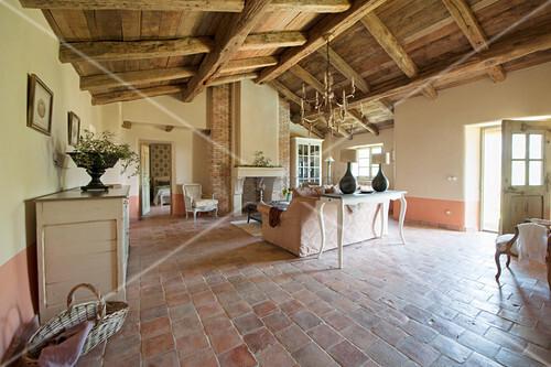 Mediterranes Wohnzimmer mit Terracottaboden und offenem Dach
