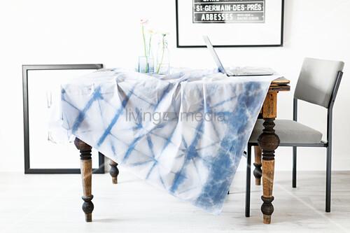 DIY-Tischdecke mit Shibori-Technik gefärbt