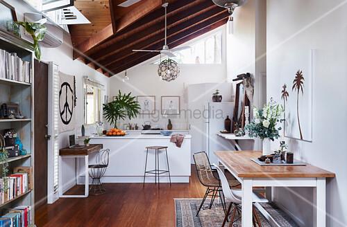 Tisch Mit Zwei Stühlen Im Hintergrund … – Bild Kaufen