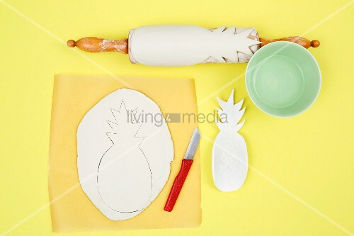 Making a pineapple pen holder from modelling clay