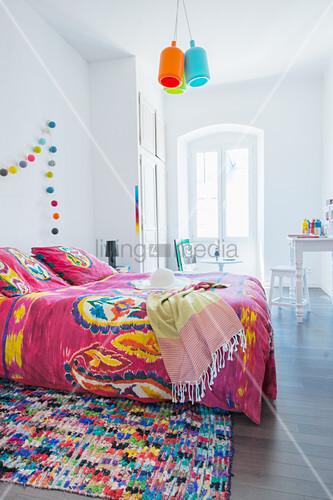 Weißes Schlafzimmer mit knallig bunten ... – Bild kaufen ...