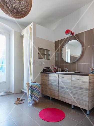 Großes, Modernes Bad In Beige Mit Runden Accessoires